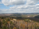 Останцы №№ 3-7 и долина р. Прямой с вершины. На горизонте левее скалы Три брата