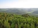 Вершины хребта Цаган-Хуртей и дальние останцы утром. Июнь
